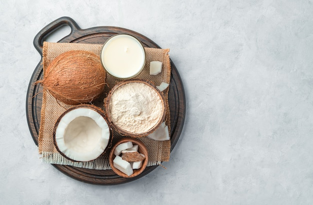 Latte di cocco, farina e cocco su sfondo grigio. vista dall'alto, copia dello spazio.