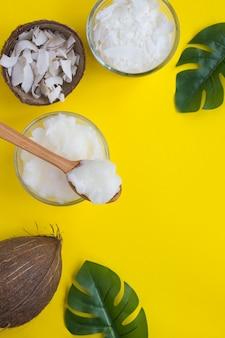Olio di cocco, patatine al cocco e fiocchi di cocco. prodotti naturali. vista dall'alto. copia spazio.