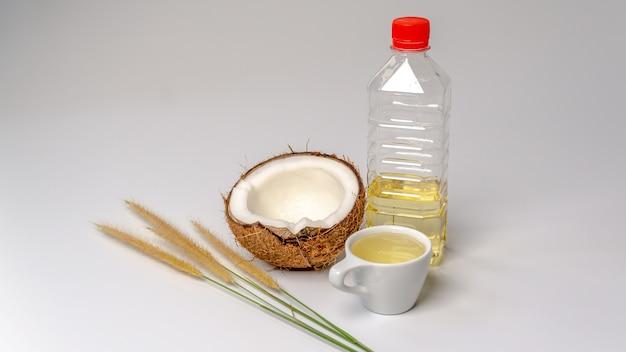 Olio di cocco con mezzo cocco