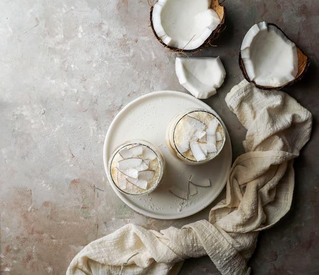 Tiramisù al cocco in vetro, tipico deserto dell'america latina, cuba e colombia, tarta de coco