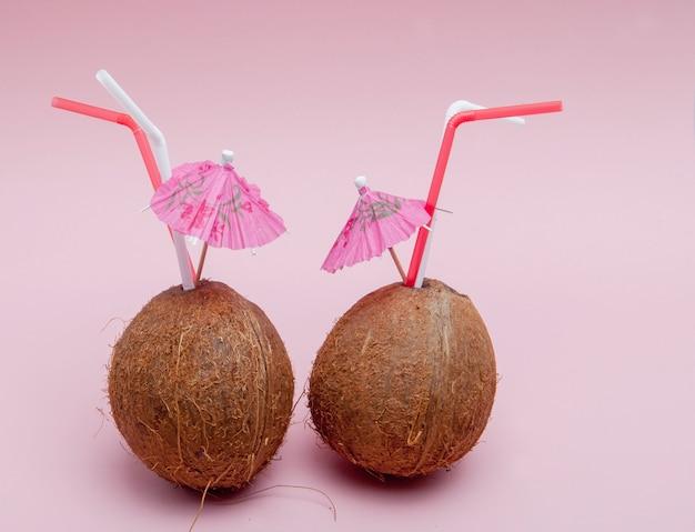 Cocco con cannuccia e ombrellone