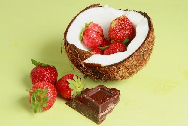 Una noce di cocco con fragole