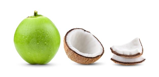 Noce di cocco con una goccia d'acqua su sfondo bianco