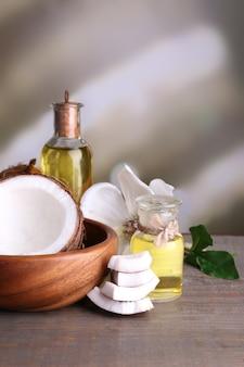 Noci di cocco e olio di cocco sulla tavola di legno