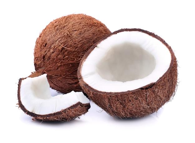 Noci di cocco su bianco.