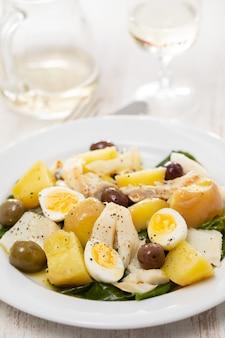 Baccalà con verdure e uovo sodo sul piatto