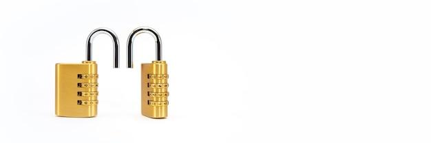 Blocco codice. primo piano di un lucchetto a combinazione con numeri cromati su sfondo bianco. concetto di sicurezza.
