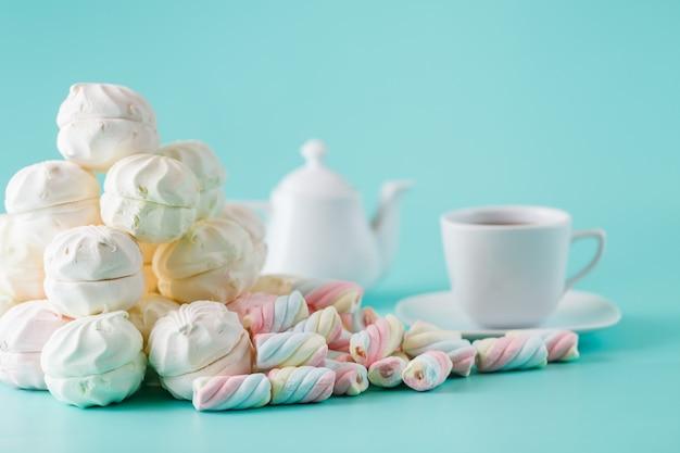 Tazza di caffè e pila dolce color pastello marshmall