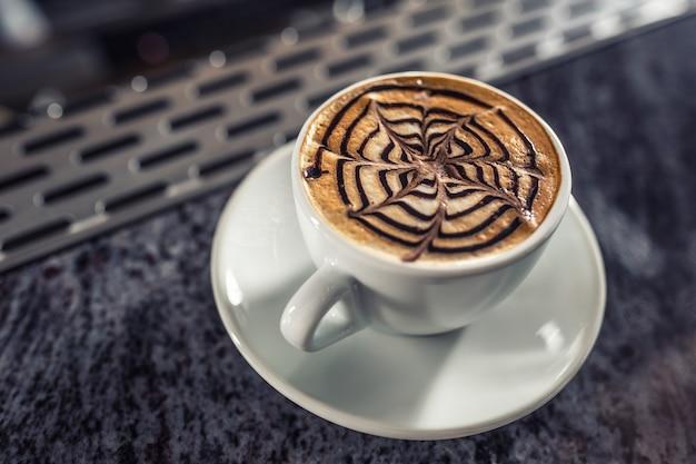 Reticolo artistico di arte del caffè su latte o cappuccino.