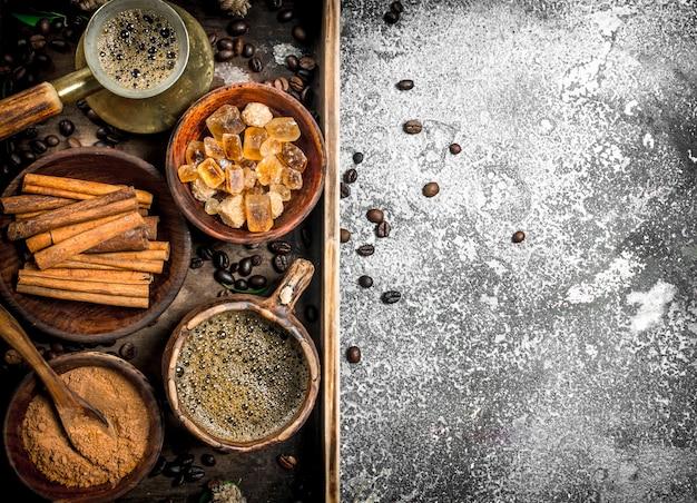 Sfondo di caffè. caffè saldato alla turca con zucchero, cannella e chicchi di caffè. su fondo rustico.
