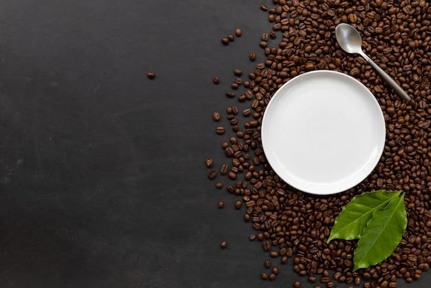 Chicco di caffè sul fondo del pavimento in legno nero