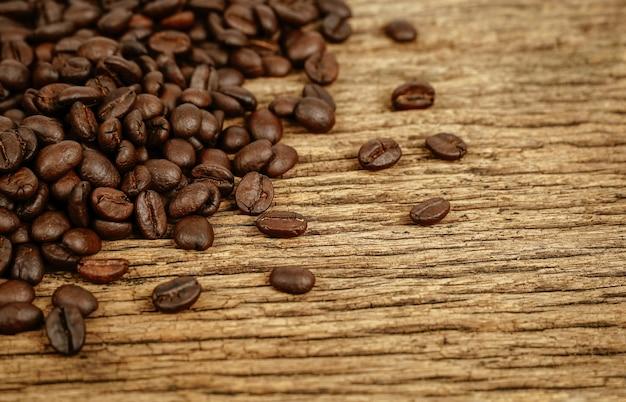 Chicco di caffè su fondo di legno di lerciume