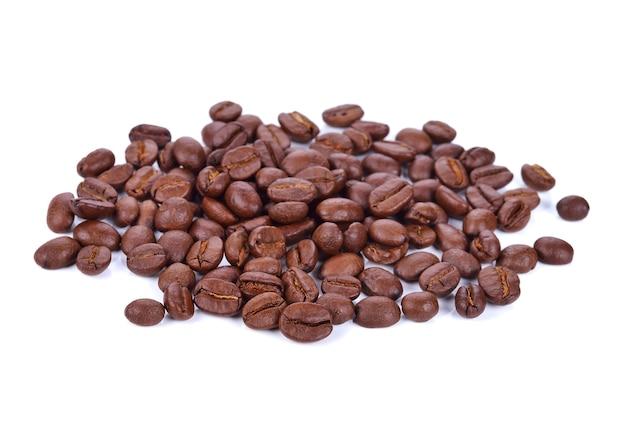 Chicco di caffè isolato su bianco