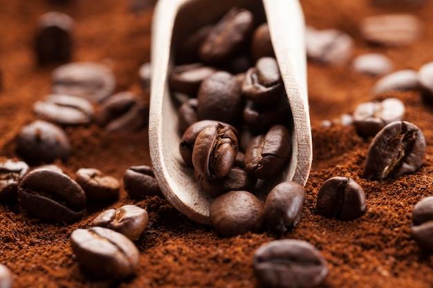 Chicchi di caffè in polvere e chicchi interi