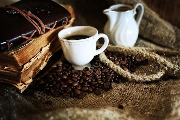 Chicco di caffè su sfondo tessile