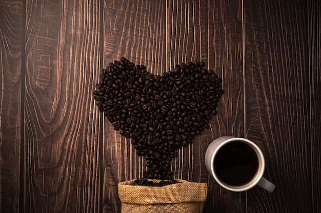 Chicchi di caffè disposti a forma di cuore