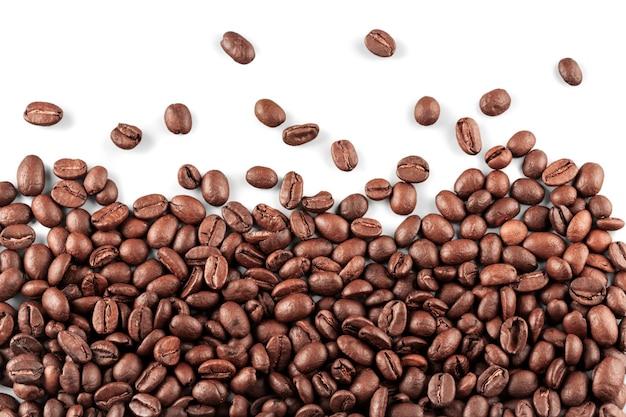Chicchi di caffè come sfondo isolato su bianco