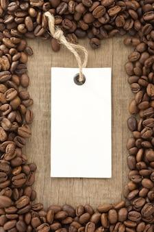 Trama di sfondo di chicchi di caffè e etichetta prezzo tag