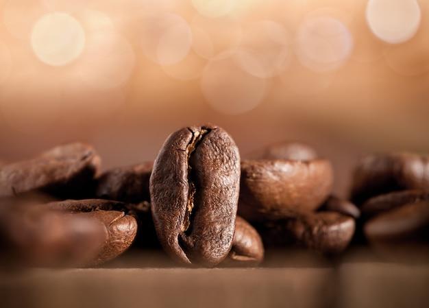 Chicchi di caffè su sfondo sfocato