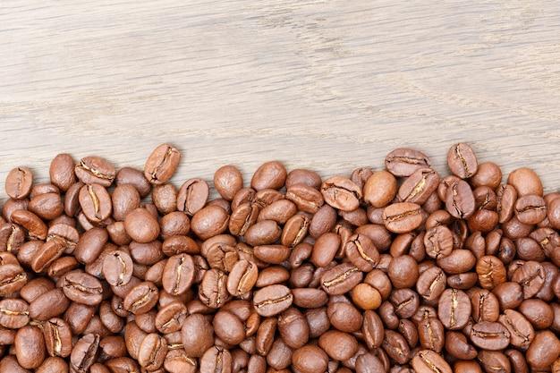 Chicchi di caffè sui precedenti di legno marrone. foto ad alta risoluzione.