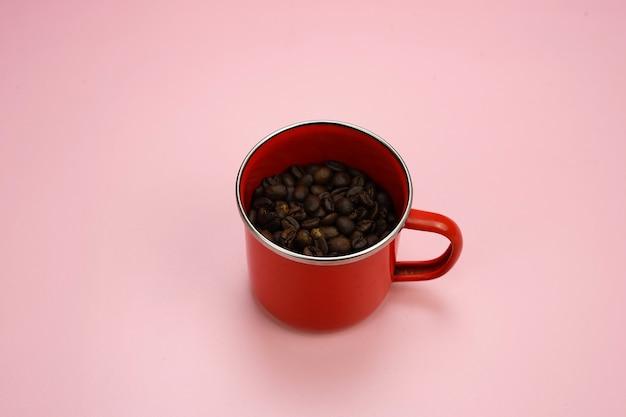 Chicchi di caffè nella tazza di caffè