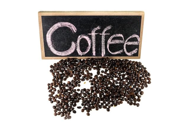 Chicchi di caffè, segni di caffè su uno sfondo bianco.