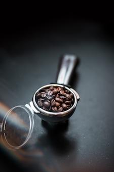 I chicchi di caffè nel pressino del caffè