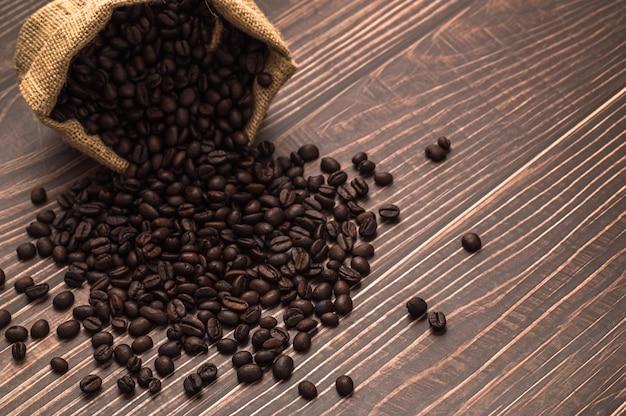 Chicchi di caffè provenienti da un sacchetto