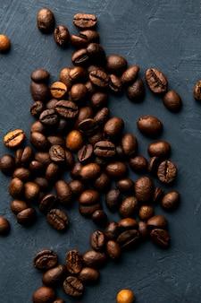 Chicchi di caffè su uno spazio blu scuro