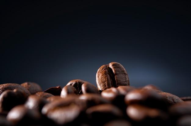 Chicchi di caffè su una parete blu scuro