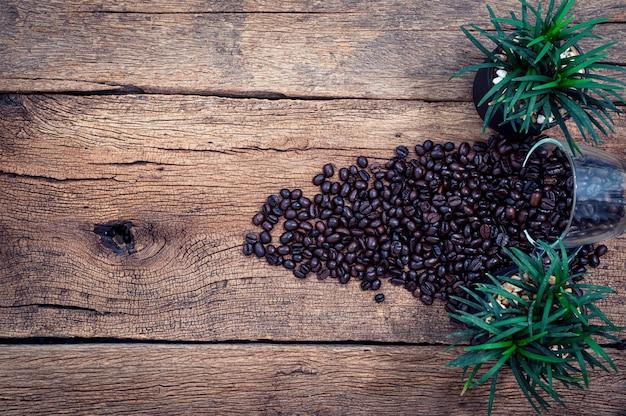 Chicchi di caffè sulla vista dall'alto della scrivania