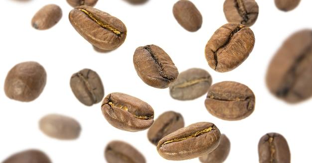 I chicchi di caffè volano close-up su uno sfondo bianco. levitazione dei chicchi di caffè