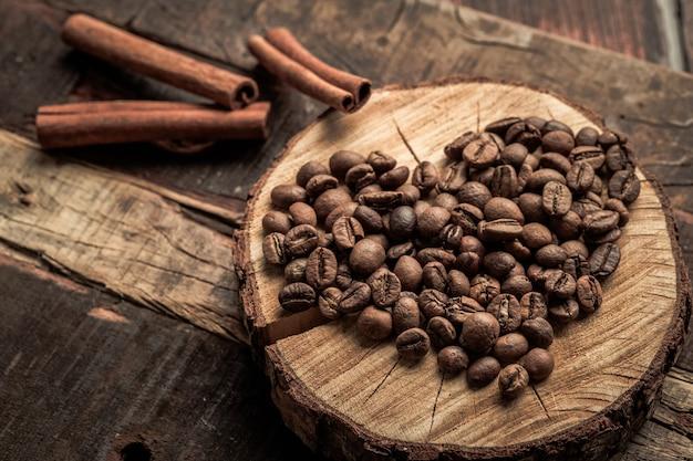 Chicchi di caffè sotto forma di un cuore sul tavolo in legno d'epoca