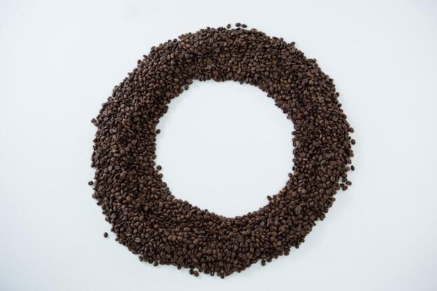 Chicchi di caffè che formano la forma del cerchio
