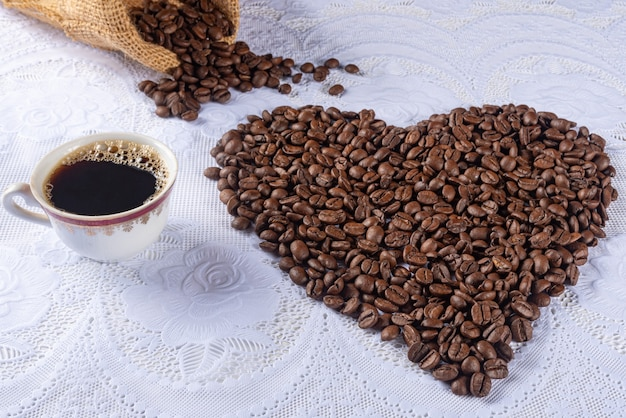 Chicchi di caffè che formano disegni e frasi per chi ama il caffè.