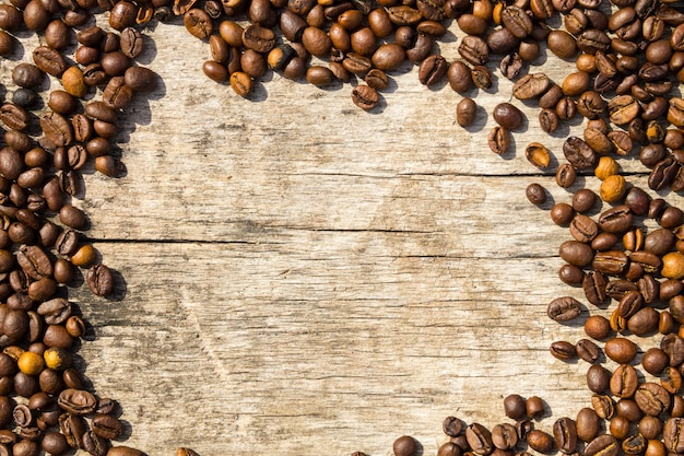 Struttura dei chicchi di caffè su fondo di legno di lerciume. vista dall'alto con copia spazio