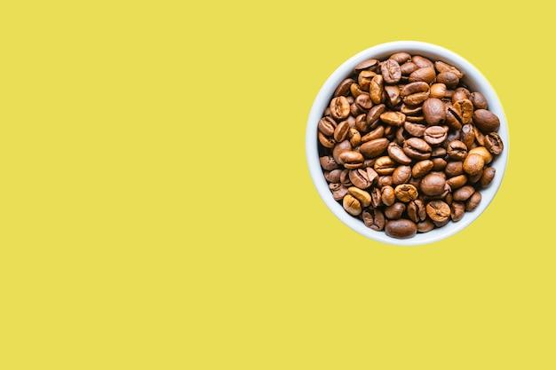 Chicchi di caffè fresco tostato grano aromatico americano o aroma di caffè espresso