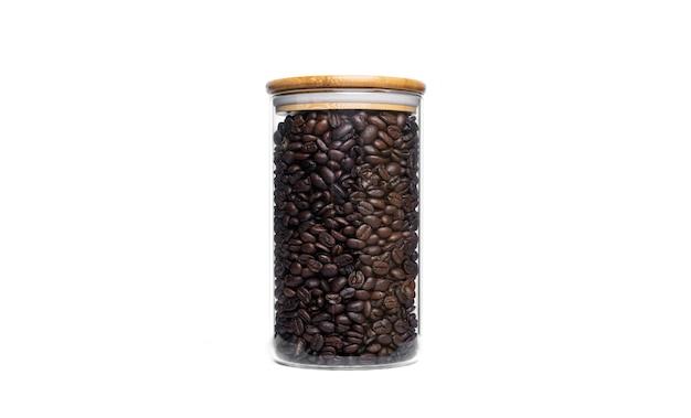 Chicchi di caffè in barattolo di vetro isolati
