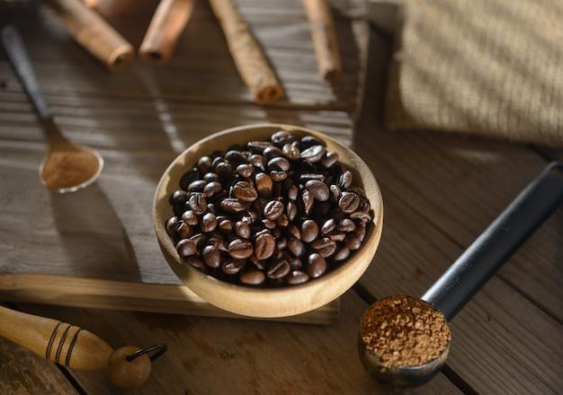 Chicchi di caffè, caffè macinato, cannella sul tavolo