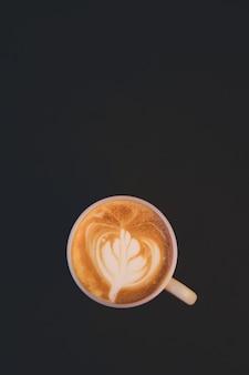 Chicchi di caffè e polvere macinata su sfondo nero. vista dall'alto con copia spazio