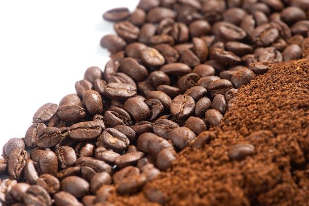Chicchi di caffè e macinato chicchi e fondi di caffè tostati si chiudono dall'alto focalizzato selettivo.