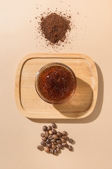 Chicchi di caffè e scrub naturale fatto in casa per la procedura anti cellulite. zero sprechi, eco friendly