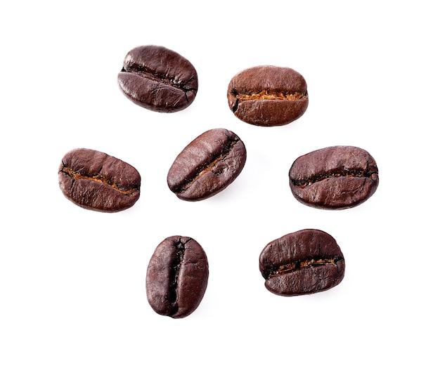 Chicchi di caffè isolati su priorità bassa bianca