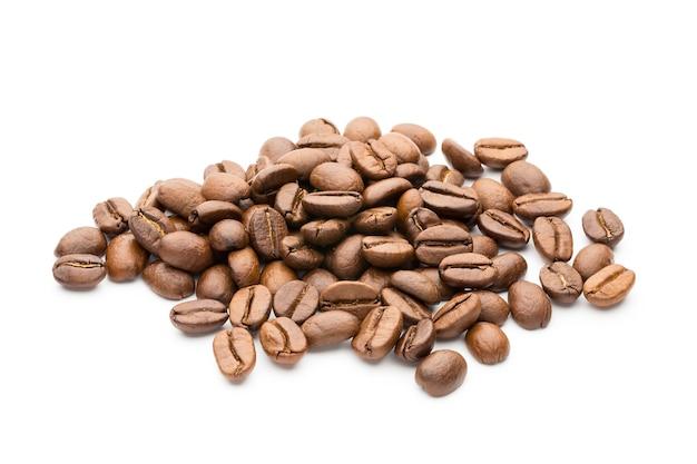 Chicchi di caffè isolati su superficie bianca, primo piano, macro