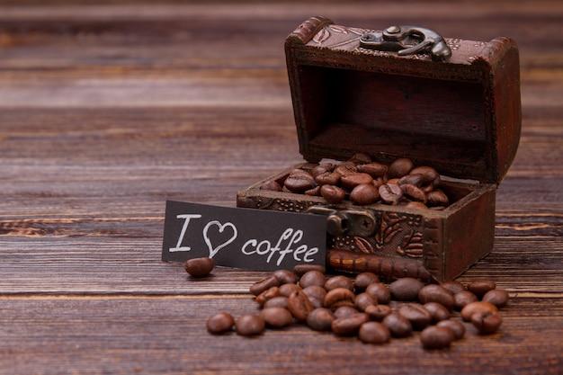 Chicchi di caffè in una scatola di gioielli