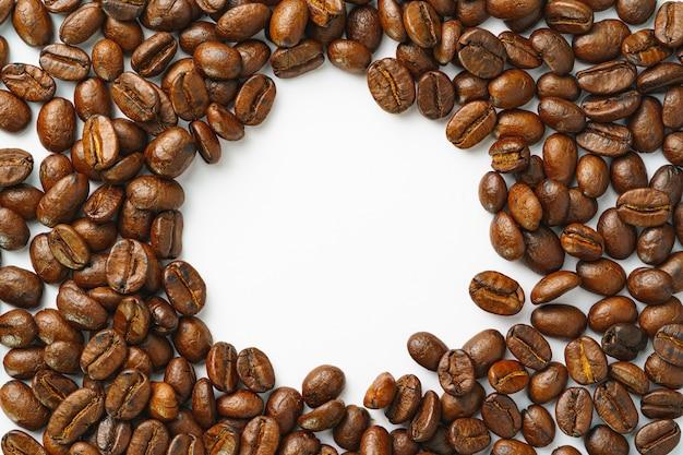 Chicchi di caffè che creano uno spazio con una forma rotonda al centro