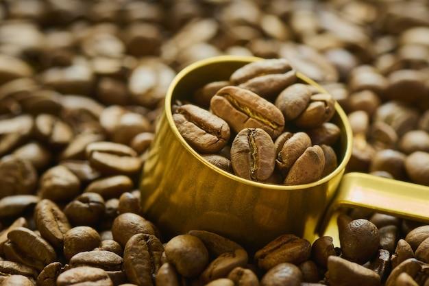 Chicchi di caffè in un misurino da vicino