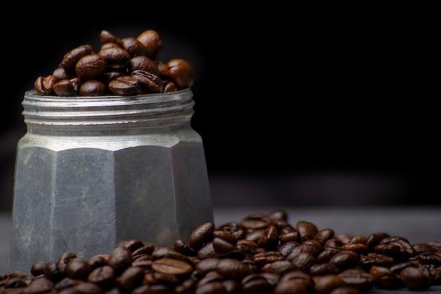 Chicchi di caffè e caffè moka