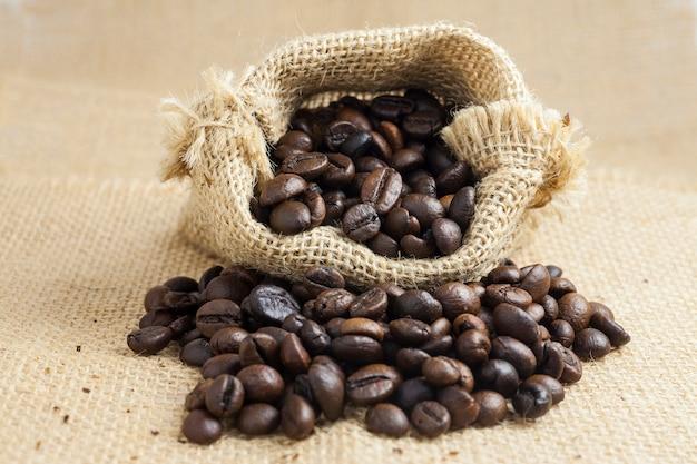 Chicchi di caffè tostati in sacco a sacco