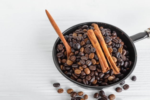 Chicchi di caffè tostati in padella